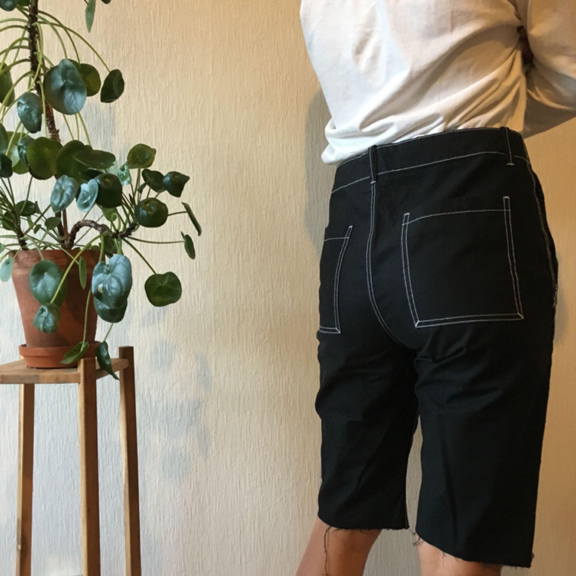 Avklippta byxor från weekday Storlek 48 i herrstorlek: jag är 177cm och bär normalt M, dessa går bra med ett skärp! Frakt: 35kr 🌿🌿. Jeans & Byxor.