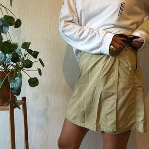 Kjol med shorts under!  Frakt: 25kr Jag är 177cm och bär normalt M Dessa är normalt storlek 40 men lite insydda i midjan, ca en storlek. Går att sprätta upp om önskas. 🌿🌿