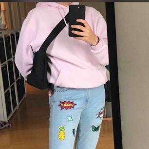 Ett par ljusblå jeans med märken, aldrig använda👖🌈🤤💥