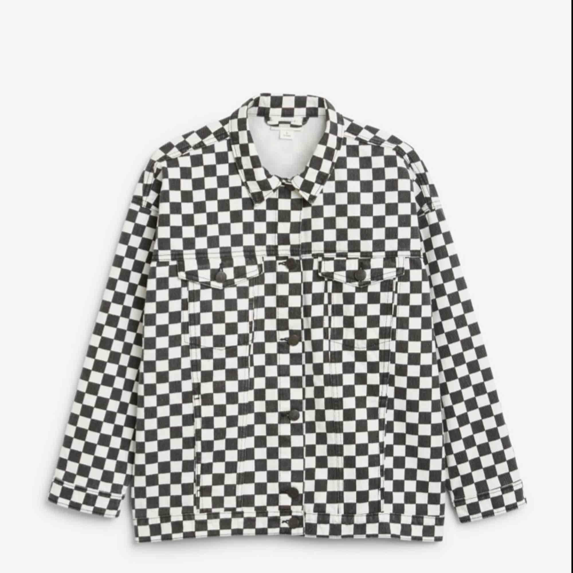 Schackrutig jeansjacka från Monki i storlek XS men skulle säga att den är mer som en S/M. Säljer pga kommer inte till användning längre. Skriv för fler bilder. Jackor.