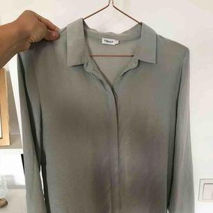 Tunn o fin Filippa K blus i en ljusgrön/grå färg✨ 250kr exklusive frakt! Använd fåtal gånger o ser ut som ny!
