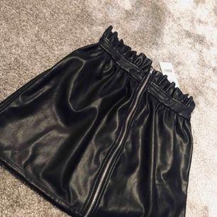 ✨Super fin svart kjol från Linn Ahlborgs kollektion tillsammans med nakd, aldrig använd (prislappen kvar) fraktar spårbart ✨