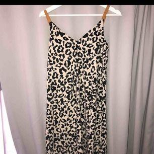 leopardmönstrad klänning🧡 frakt tillkommer!!