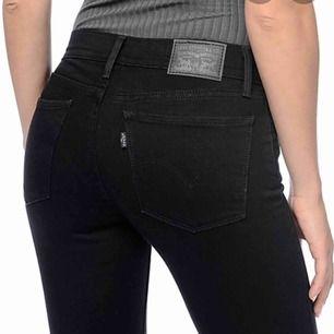 Svarta Levi's jeans med stretch. Sitter som en smäck! Dröm jeansen!