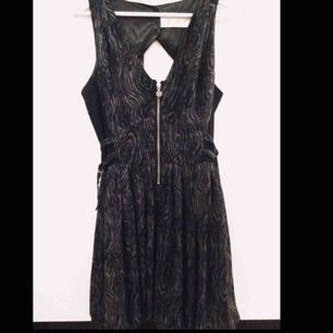 En grymt snygg, sexig och söt klänning i från Lipsy! Ett utav Kim Kardashians favorit märken. Den är så sjukt snygg på! Butikspris ligger på runt 1000kr Så här kan du göra ett riktigt kap!!