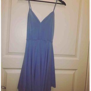 Super mysig klänning i babyblått. Säljer pga av att ena sömmen bak på ryggen i spindelnätet nästan släppt. Går lätt att sy ihop med nål och tråd. Har bara inte orkar själv. Köparen står för frakten.