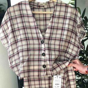 Fin blus med kjol från pullandbear i str S(36) Aldrig använt