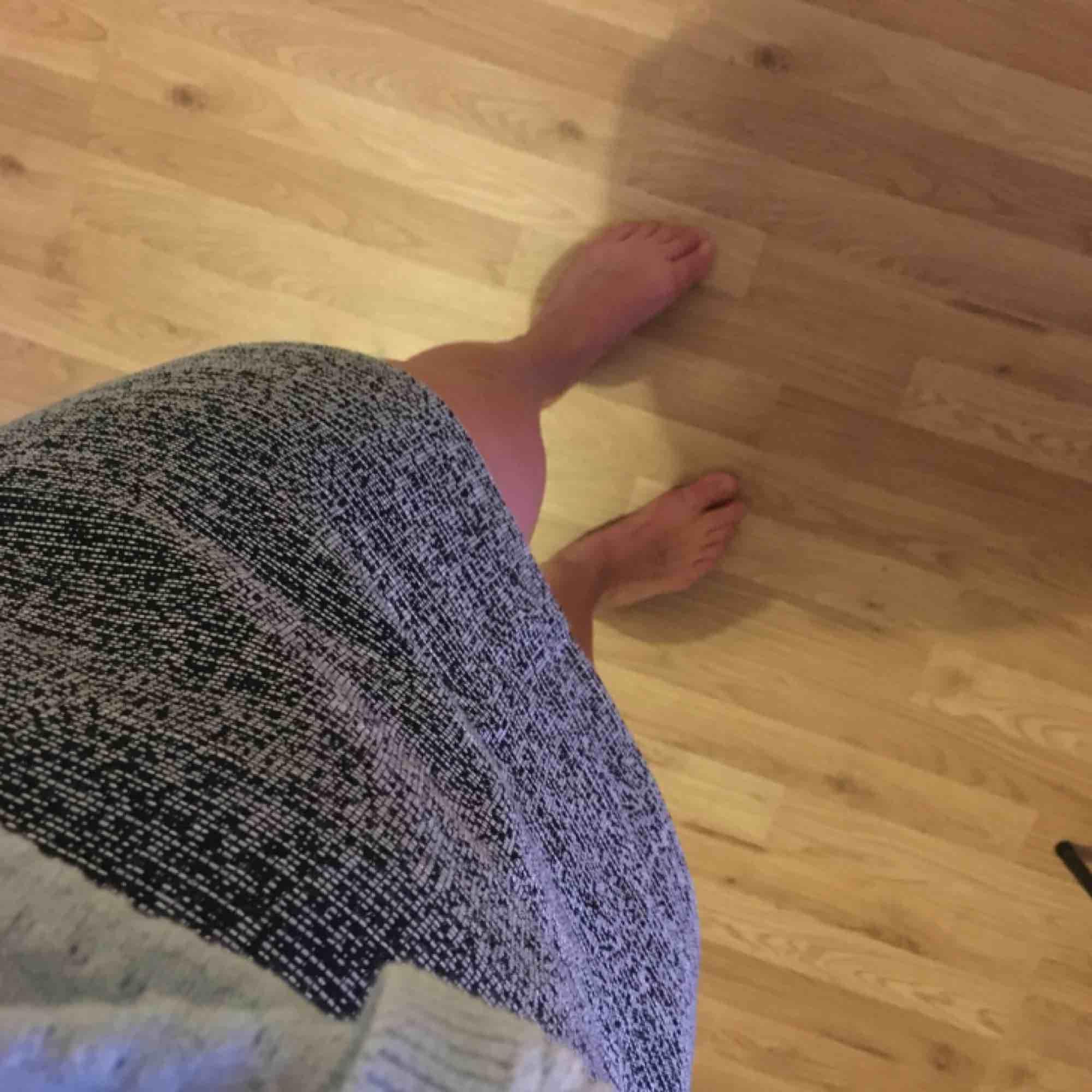 Riktigt snygg kort kjol från Monki. Sparsamt använd. . Kjolar.