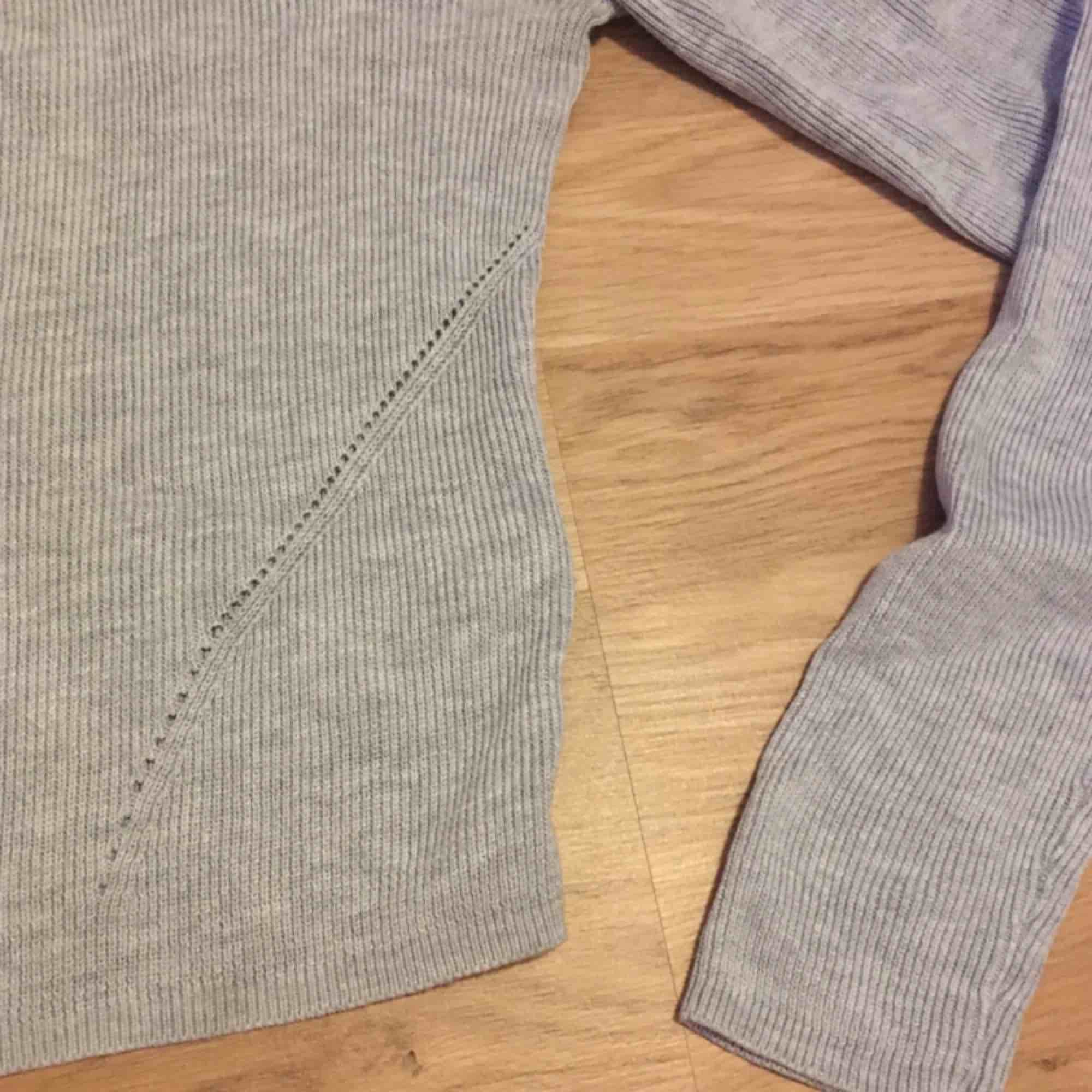 Användbart basplagg. Lite cropped så passar jättesnyggt till högmidjade byxor eller kjolar. Säljer på grund av att jag inte använder den tillräckligt mycket. . Toppar.