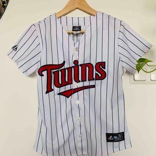 Snygg baseball t-shirt köpt på Beyond Retro Storlek S Superfint skick 150kr inkl frakt ✨
