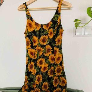 Fin kort klänning/linne med solrosor. Köpt på Beyond Retro. Väldigt fint skick, 150kr inkl frakt ✨