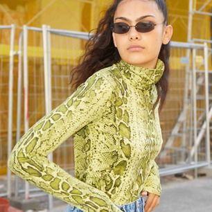 Snake polo tröja från weekday