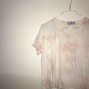 Väldigt fin T-shirt från pull&bear  Endast använd 3 gånger  Liten storlek  Ganska skrynklig då den bara legat i garderoben