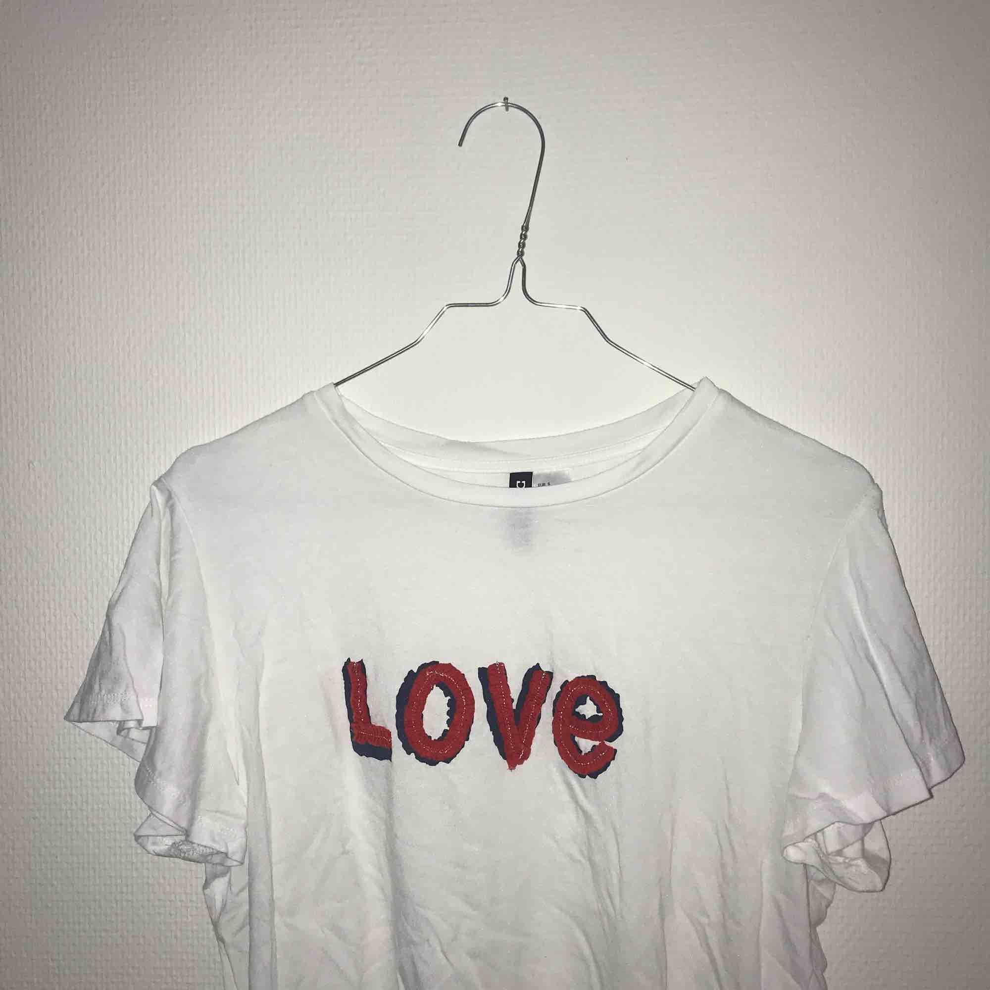 Söt T-shirt från hm aldrig använd då den inte passar mig!  Köpt för 159kr  . T-shirts.