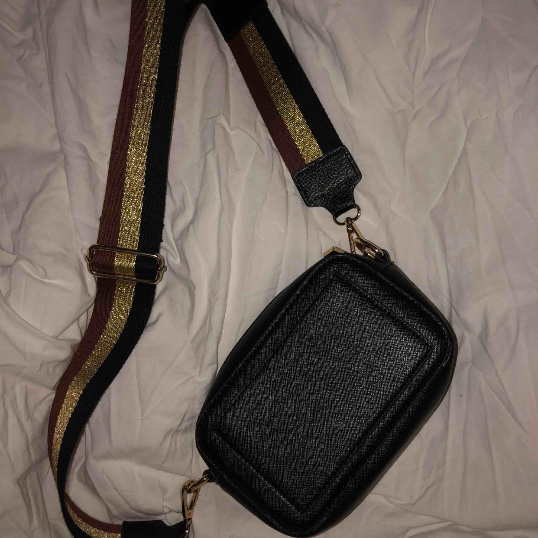säljer denna snygga väskan, använd några gånger. Säljer den pga att jag inte får användning för den. Bandet går att justera och de går även att ta bort så man kan byta band!. Väskor.