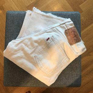Säljer dessa fantastiskt fina Levis jeans i vitt. Står storlek 27/34. Men de är avklippta till en 32a. Storleken motsvarar en liten XS.   Fraktkostnad tillkommer