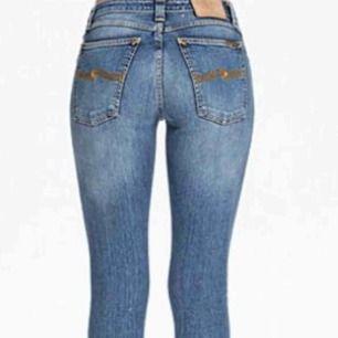 """Nudie jeans  """"skinny Lin"""" Smala ben och lite stretch, fina jeans i nyskick av ekologiskt bomull. Det bästa med jeansen är att om de går sönder får du laga dem gratis i någon av Nudie jeans repair shops, hur många gånger du vill. Nypris 1300kr."""