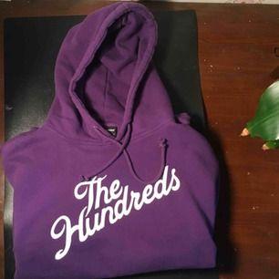 """Min favvo hoodie behöver en ny ägare då den tyvärr inte används längre:(  Det är en lila """"the hundreds"""" hoodie i herrstorlek och sitter perfekt oversized för mig som är xs-s. Den känns fortfarande som ny eftersom den inte har använts så ofta som den borde"""