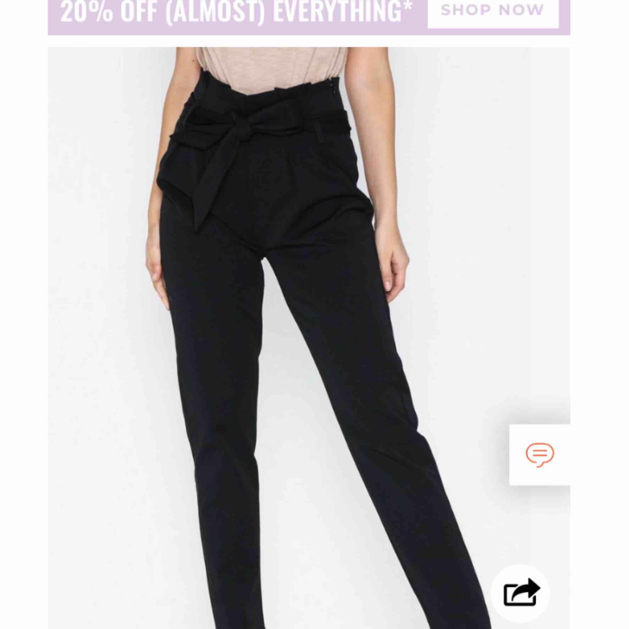"""Svarta högmidjade """"kostymbyxor"""" i storlek s från veromoda  Kan skicka egna bilder vid intresse. Jeans & Byxor."""