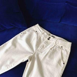 Benvita boyfriend jeans från Topshop. Aldrig använda. Pris kan diskuteras vid snabv affär! Behöver bli av med mycket kläder pga pank gäri så kolla gärna mina andra annonser 😁 (Möts upp i Stockholm eller skickas mot frakt!)