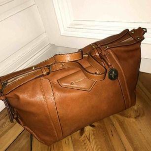 Väska från Fiorelli köpt på Åhlens. Jag använder den aldrig, har haft den ute på stan 2 gånger, så den är i nyskick. Köpt för ca 1000kr
