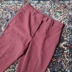 Rosa högmidjade byxor från Monki. Insydda att passa mer stl  38/40. Använda endast ett fåtal ggr. Behöver bli av med mycket kläder pga pank gäri så kolla gärna mina andra annonser 😁 (Möts upp i Stockholm eller skickas mot frakt!)