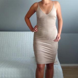 Klänning från fashion nova i mockaliknande tyg. Klänningen sitter ganska tajt och passar säkert även s. Klänningen är aldrig använd och säljs därför.  Kan mötas upp eller frakta, frakt tillkommer.