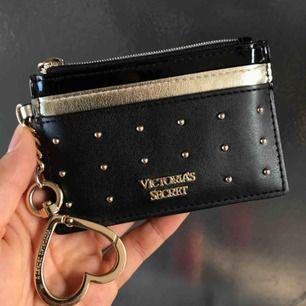 En korthållare från Victoria Secret. I nyskick, fick i present.
