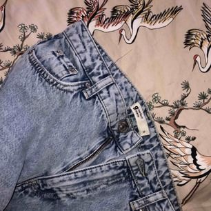 Snygga boyfriend jeans ifrån Gina tricot, aldrig använda. Riktigt snygg färg och bra kvalite, orginalpris var 500-600 kr
