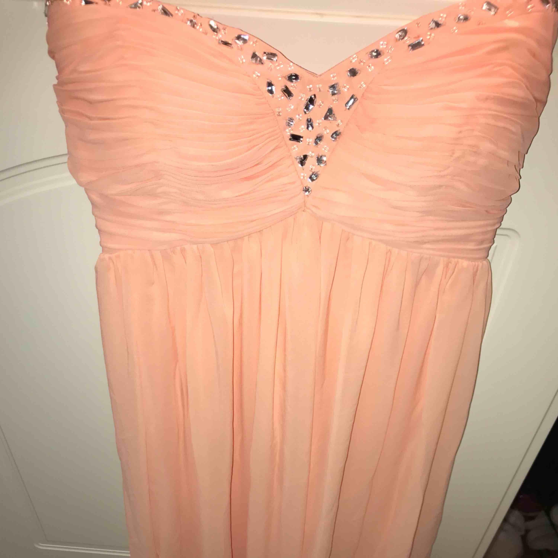 Lång balklänning i storlek 36 från Nelly  (NLY EVE)  Som ny använd en gång Färg: aprikos. Klänningar.