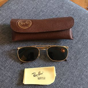 Säljer dessa snygga vintage ray ban solglasögon. I perfekt skick. Inga repor eller märken.   Frakt tillkommer.