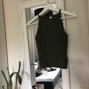 Mörkgrönt linne från hm