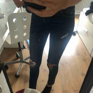 Säljer tre par håliga jeans Dom mörkblå är storlek 164cm Dom ljusaste är storlek S från bikbok i bra sick Dom i mitten är från Gina storlek 36  Du kan köpa alla för 400kr!