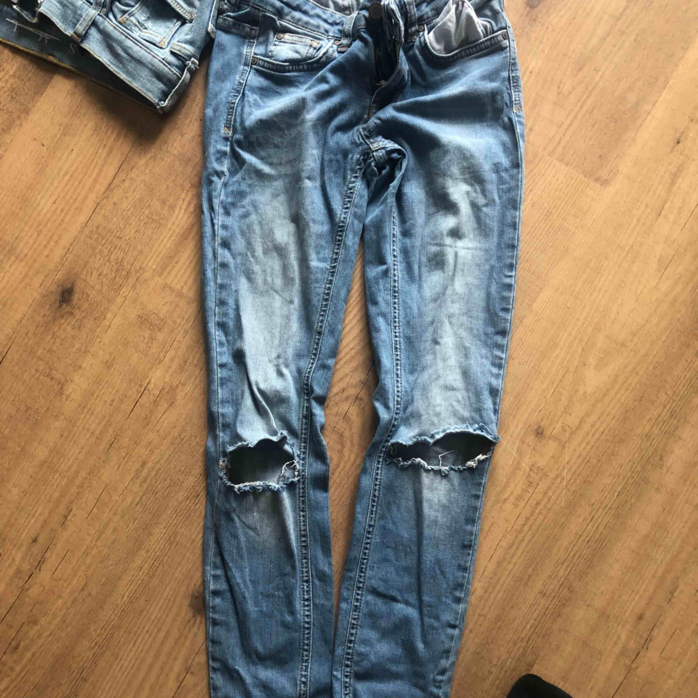 Säljer tre par håliga jeans Dom mörkblå är storlek 164cm Dom ljusaste är storlek S från bikbok i bra sick Dom i mitten är från Gina storlek 36  Du kan köpa alla för 400kr!. Jeans & Byxor.