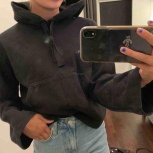 Svart snygg hoodie från hm. Smutsig spegel  därför ser det ut som fläckar! Fraktar endast. Fraktkostnad tillkommer