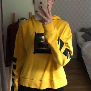 Helt oanvänd hoodie  från Linn Ahlborg X NA-KD. Ny pris 249kr mitt pris 65kr. Inte kommit till användning:/.  FRAKT TILLKOMMER!!