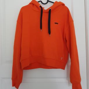 Vans hoodie i nyskick köpt från asos för ett tag sedan. Nypriset var ca 600kr. Hoodien är oversize men inte så lång för att vara oversize, väldigt skön! Köparen står för frakt🧡