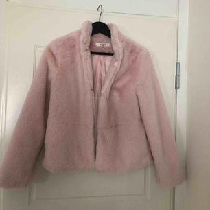 Supermysig rosa fluffig jacka som bara är testad! Perfekt till hösten. Köparen står för frakt