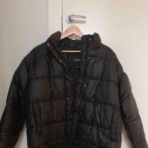 Jacka från Monki i storlek M. Köpt vintern 2017 men endast använd ett fåtal gånger sedan dess. Kan mötas upp i stockholm, samt tar emot betalning via swish!