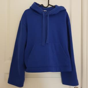 Superfin blå hoodie i storlek S. Väldigt skönt material. Köparen står för frakt💙