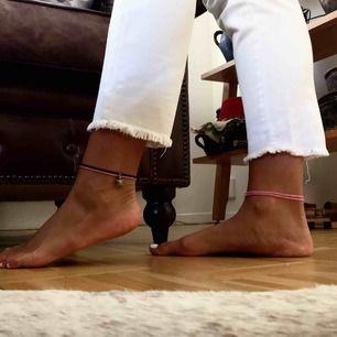 Vita high waisted jeans från Zara!! De är i storlek 36 och har en superfin passform (passar mig superbra och jag brukar ha storlek S) ✨🖤 Riktigt sköna är de också. Postar gärna och möts även upp i Malmö :)