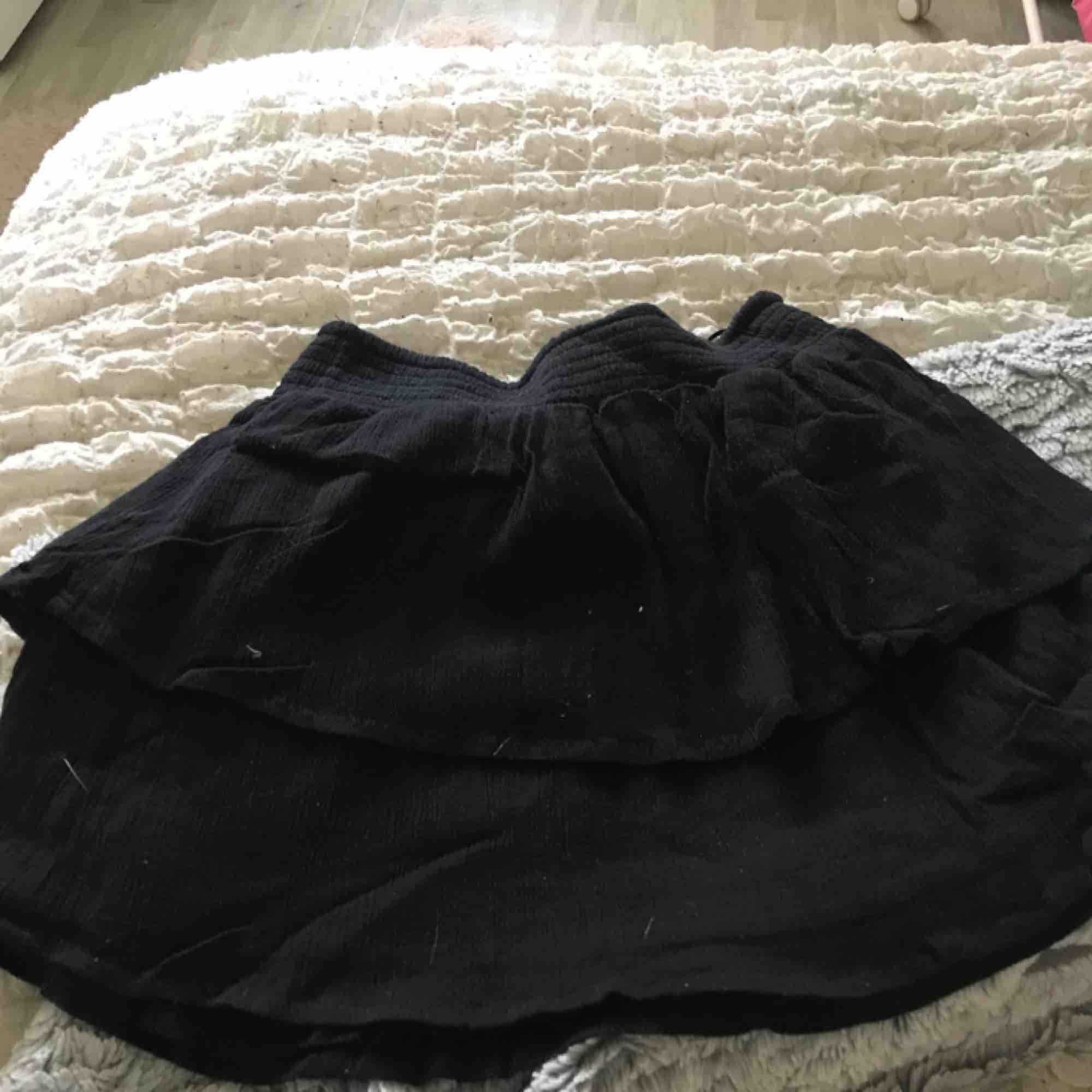 Svart volang kjol från Gina tricot Använd 1 gång. Kjolar.