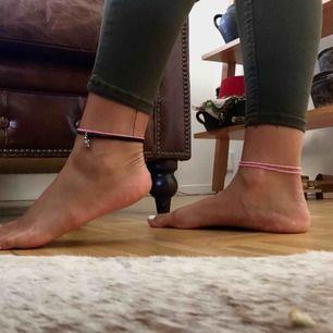 Formgivande jeans från Berschka i storlek 36! Passar de flesta som har runt 36 i byxor då de är väldigt elastiska. Modellen är high waist och förgen är khaki-/militärgrön✨🖤 Postar gärna eller möta upp i Malmö :)