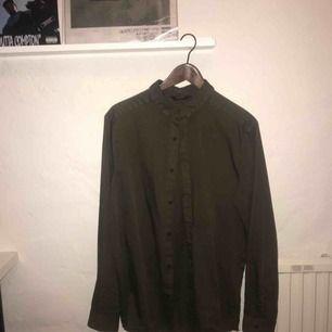 Snygg olivgrön neuw skjorta! Nypris 799