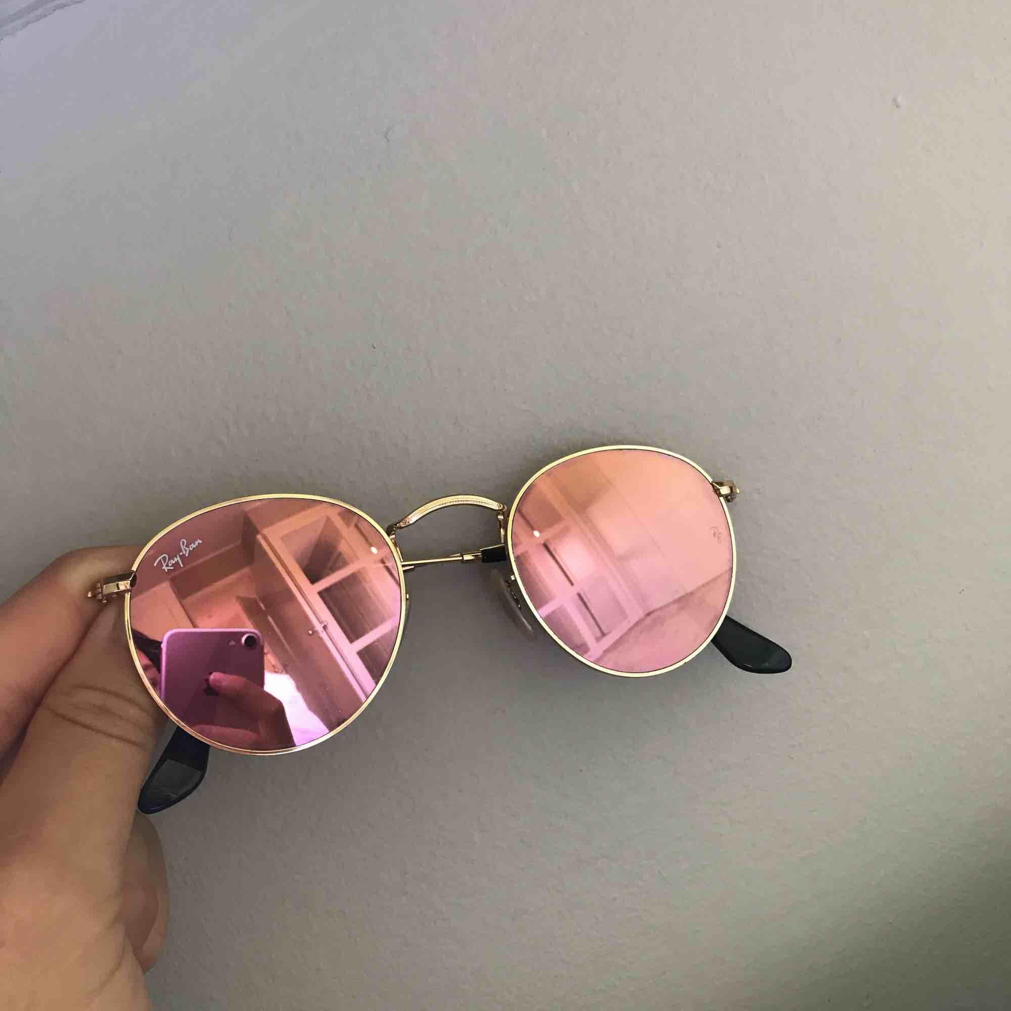 Runda rosa och självklart äkta Raybans. Har inte alls använt dem mycket och därför är de fortfarande i superbra skick! Inga repor, bågarna är hårt åtsittande. Ordinarie pris var 1750kr och säljs endast för 700kr trots att de ser ut som nya. . Accessoarer.