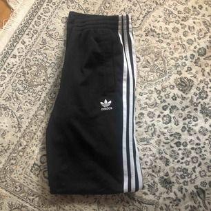 Adidas byxor i barnstorlek 158, passar även person i strl S(är en storlek s) frakt ingår