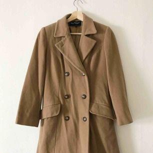 Den perfekta kappan i ull och kashmir-blandning. Så fin kvalité och fint skick! Säljer pga den inte används. Storlek 36. Perfekt nu till hösten 🍂
