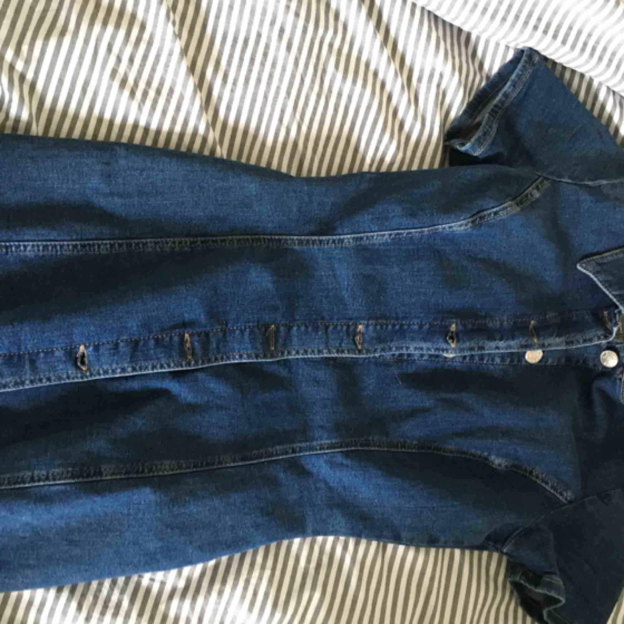 En kort jeansklänning från zara. Klänningen är i helt nytt skick då den endast varit använd en gång! Frakt ingår i priset! . Klänningar.