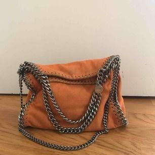 Säljer min älskade Stella McCartney väska som är sparsamt använd. Kan gå ner i pris vid snabb affär!