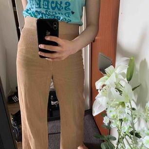 flera som frågat om bild med byxorna på! bär storlek S vanligtvis, är ca 163cm